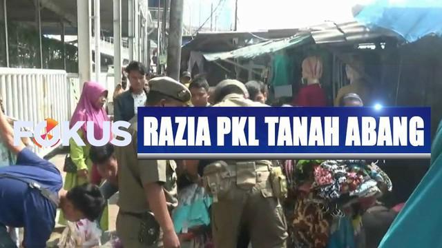 Razia sengaja digelar menyusul banyaknya pedagang yang kembali menguasai trotoar jalan untuk berjualan.