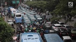 Sejumlah Angkot melakukan aksi dengan memarkirkan angkotnya di Jalan KH Abdullah Syafei, Tebet, Jakarta, Senin (12/2). Mereka menolak pengoperasian Transjakarta rute Tanah Abang-Kampung Melayu. (Liputan6.com/Arya Manggala)