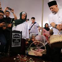 Suasana pemakaman Istri Indro Warkop. (Adrian Putra/Fimela.com)