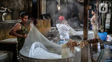 Pekerja beraktivitas di industri pembuatan tahu di Duren Tiga, Jakarta, Senin (3/8/2020). Pemerintah kembali meluncurkan program baru untuk membantu UMKM dalam melewati masa pandemi Covid-19, yaitu bantuan uang tunai dan kredit bunga rendah yang akan saling terintegrasi. (Liputan6.com/Faizal Fanani)
