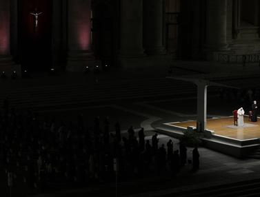 FOTO: Paus Fransiskus Pimpin Upacara Jalan Salib di Lapangan Santo Petrus Vatikan