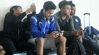 Pemain muda Arema, yakni Nasir, Rafli dan Junda dibawa ke Padang untuk menghadapi Semen Padang. (Bola.com/Iwan Setiawan)