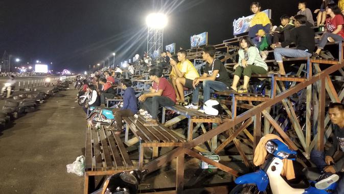 Penonton menyaksikan Castle 12 Buriram, balapan liar tapi legal di area Sirkuit Internasional Chang, Buriram, Thailand, Jumat (30/11/2018). (Bola.com/Ade Yusuf Satria)