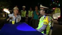 Anak komedian Tukul Arwana, AKP Ega Prayudi selaku Kasatlantas Polres Probolinggo, menggelar razia sopir bus sambil mengopi. (Liputan6.com/Dian Kurniawan)
