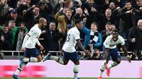 Pemain Tottenham Hotspur merayakan gol Steven Bergwijn (tengah) ke gawang Manchester City, pada laga pekan ke-25 Premier League di Tottenham Hotspur Stadium, Minggu (2/2/2020). Spurs pun menang 2-0 atas Man City. (AFP/Ben Stansall)