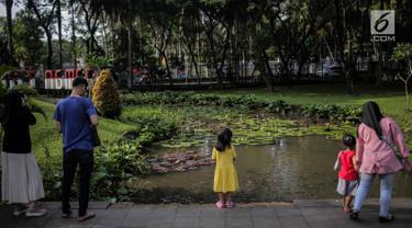 Sejumlah warga berekreasi di Taman Tabebuya, Jagakarsa, Jakarta, Kamis (14/3). Dinas Kehutanan DKI Jakarta menganggarkan Rp 130 miliar untuk membangun 53 Taman Maju Bersama (TMB) di tahun 2019. (Liputan6.com/Faizal Fanani)