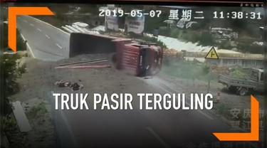 Truk pengangkut pasir mengalami kecelakaan lalu lintas di China. Truk terguling usai menghindari 2 pengendara motor yang berada di tengah jalan.