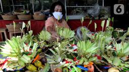 Umat Hindu Dhama menyiapkan banten menjelang Hari Raya Nyepi Tahun Baru Saka 1943 dalam  kawasan pura di Pura Amerta Jati Cinere, Depok, Jumat (12/03/2021). Perayaan nyepi tahun ini menerapkan protokol kesehatan untuk mencegah penularan virus covid-19. (merdeka.com/Arie Basuki)