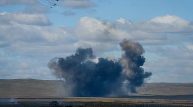 Ledakan terlihat saat latihan perang Vostok-2018 di tempat pelatihan Tsugol tidak jauh dari perbatasan China dan Mongolia di Siberia, Kamis (13/9). Latihan itu merupakan yang terbesar sejak Perang Dingin dan setelah Uni Soviet runtuh. (AFP/Mladen Antonov)