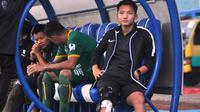Syahrian Abimanyu memberi dukungan kepada Sriwijaya FC di Stadion Kanjuruhan, Kabupaten Malang, Minggu (9/12/2018). (Bola.com/Iwan Setiawan)
