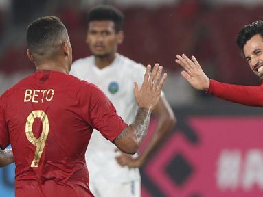 Pemain Timnas Indonesia, Stefano Lilipaly (kanan) bersama Alberto Goncalves merayakan gol ke gawang Timor Leste pada laga penyisihan grup B Piala AFF 2018 di Stadion GBK, Jakarta, Selasa (13/11). Indonesia unggul 3-1. (Liputan6.com/Helmi Fithriansyah)