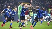 Para pemain Inter Milan merayakan gol yang dicetak oleh Matias Vecino ke gawang AC Milan pada laga Serie A di Stadion San Siro, Minggu (9/2/2020). Inter Milan menang 4-2 atas AC Milan. (AP/Massimo Paolone)