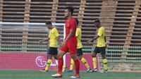 Bek Timnas Indonesia U-22, Rachmat Irianto, tampak kecewa usai ditahan imbang Malaysia U-22 pada laga Piala AFF U-22 2019 di Stadion National Olympic, Phnom Penh, Selasa (20/2). Kedua negara bermain imbang 2-2. (Bola.com/Zulfirdaus Harahap)