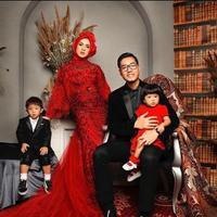 Nycta Gina dan Rizky Kinos berfoto keluarga (Instagram/missnyctagina)