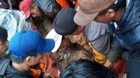 Ilustrasi – Warga dan polisi mengevakuasi korban longsor di Dusun Reco Desa Reco Kecamatan Kertek, Wonosobo. (Foto: Liputan6.com/Polres Wonosobo/Muhamad Ridlo)