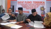 Komisioner KPU Kota Malang, Jawa Timur, mengumumkan kekurangan syarat pencalonan peserta Pilkada Kota Malang 2018 (Liputan6.com/Zainul Arifin)