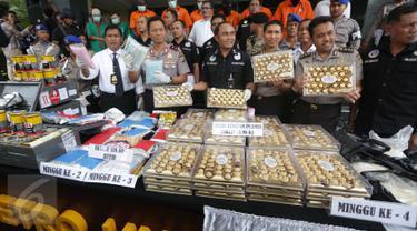 Petugas Dit Narkoba Polda Metro Jaya merilis hasil Operasi Bersinar Jaya 2016 di Jakarta, Rabu (13/4).  Selain menyita sejumlah barang bukti, petugas juga mengamankan sembilan tersangka, empat diantaranya merupakan WNA. (Liputan6.com/Gempur M Surya)