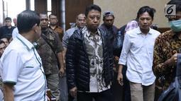 Terdakwa kasus suap jual-beli jabatan di lingkungan Kemenag, M Romahurmuziy (tengah) bersiap menjalani sidang lanjutan di Pengadilan Tipikor, Jakarta, Rabu (18/9/2019). Sidang yang seharusnya beragendakan pembacaan eksepsi dibatalkan karena terdakwa mengaku sakit. (Liputan6.com/Helmi Fithriansyah)