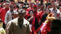 Ketua Umum Partai Demokrasi Indonesia Perjuangan (PDIP) Megawati Soekarnoputri didampangi Tokoh PDIP yang juga Menko PMK Puan Maharani tiba menghadiri Kongres V PDIP di Grand Inna Beach, Sanur, Bali, Kamis (8/8/2019). (Liputan6.com/Johan Tallo)