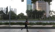 Warga berolahraga di kawasan Jalan Jenderal Sudirman, Jakarta, Minggu ( 25/7/2021). Sejumlah warga tetap beraktivitas olahraga meski Kota Jakarta masih dalam masa PPKM Level 4. (Liputan6.com/Helmi Fithriansyah)