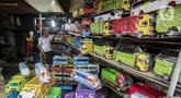 Marsyaad atau biasa dipanggil Pak Umar (79) menjaga toko mainan miliknya di Kalibata, Jakarta, Kamis (25/2/2021). Pak Umar yang menjual mainan anak sejak tahun 1974 mengaku tidak terlalu berdampak saat pandemi virus corona COVID-19 berlangsung. (Liputan6.com/Johan Tallo)