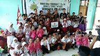 PT Astra Daihatsu Motor memberikan donasi berupa biaya pendidikan bagi 110 siswa Morotai. (Sigit/Liputan6.com)