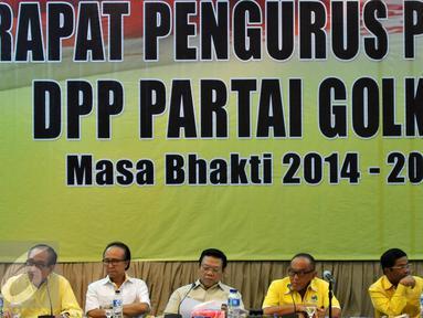 Ketua Umum Partai Golkar, Aburizal Bakrie (ketiga kanan) memimpin rapat pengurus pleno di gedung DPP Partai Golkar, Jakarta, Kamis (7/4/2016). Rapat tersebut merumuskan gelaran Munas Partai Golkar yang akan digelar di Bali. (Liputan6.com/Johan Tallo)