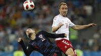Duel pemain Kroasia, Mateo Kovacic (kiri) dan pemain Denmark, Christian Eriksen pada laga 16 besar Piala Dunia 2018 di Nizhny Novgorod Stadium, Rusia, (1/7/2018). Kroasia menang 3-2 lewat adu penalti. (AP/Darko Bandic)