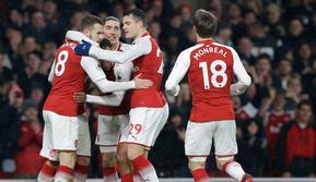 Pemain Arsenal merayakan golnya saat melawan Everton dalam pertandingan Liga Inggris di Stadion Emirates, London (3/2). Dalam pertandingan ini Aaron Ramsey berhasil hattrick dan Aubameyang mencetak gol debut. (AP Photo / Alastair Grant)