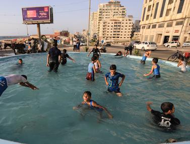 Musim Panas, Anak-Anak Palestina Berenang di Air Mancur