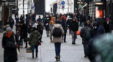 Orang-orang berbelanja di Kaerntner Street, Wina, saat Austria melonggarkan lockdown pada Senin (8/2/2021). Austria mulai melonggarkan lockdown covid-19 ketiga mereka mulai 8 Februari dengan mengizinkan sekolah, museum dan toko dibuka kembali. (HELMUT FOHRINGER /APA/AFP)