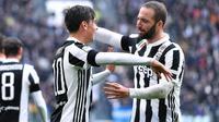 Striker Juventus, Paulo Dybala, melakukan selebrasi bersama Gonzalo Higuain, usai mencetak gol ke gawang Udinese pada laga Serie A di Stadion Allianz, Minggu (11/3/2018). Juventus menang 2-0 atas Udinese. (AP/Alessandro di Marco)