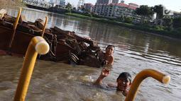 Suasana saat anak-anak berenang di Kanal Banjir Barat, Jakarta, Jumat (23/3). Selain mahalnya sewa kolam renang, berenang Kanal Banjir Barat dipilih anak-anak tersebut karena minimnya lahan bermain. (Liputan6.com/Immanuel Antonius)