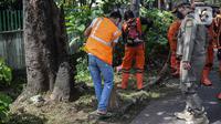 Warga menyapu jalan saat razia masker di kawasan Karang Tengah Lebak Bulus, Jakarta, Selasa (24/11/2020). Pemerintah Provinsi (Pemprov) DKI Jakarta mencatat, total denda pelanggaran protokol kesehatan mencapai Rp 4,9 miliar. (Liputan6.com/Faizal Fanani)