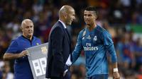 Bintang Real Madrid, Cristiano Ronaldo (kanan) keluar lapangan setelah diusir wasit saat melawan Barcelona pada laga Supercup Spanyol di Camp Nou stadium, Barcelona, (13/8/2017). Real Madrid menang 3-1. (AP/Manu Fernandez)