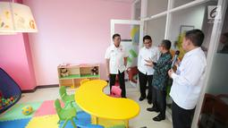 Menko Polhukam Wiranto meninjau ruangan pada peresmian gedung baru Lembaga Perlindungan Saksi dan Korban (LPSK) di Jakarta, Kamis (6/9). Dalam acara itu, Wiranto juga memberikan kompensasi ke korban tindak pidana terorisme. (Liputan6.com/Faizal Fanani)