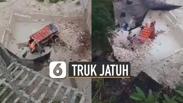 Beredar video sebuah truk jatuh ke dalam lubang galian tambang. Beruntungnya pengemudi langsung di evakuasi dan dilarikan ke rumah sakit terdekat.