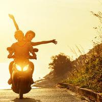 Ilustrasi mengendarai sepeda motor.