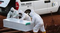 Proses pemakaman jenazah dengan protokol COVID-19 di TPU Pondok Ranggon, Jakarta, Sabtu (19/9/2020). Hari ini Sabtu (19/9), 44 jenazah dimakamkan dengan protokol COVID-19 di TPU Pondok Ranggon sementara pada Jumat (18/9) 36 jenazah dan Kamis (17/9) 41 jenazah. (Liputan6.com/Helmi Fithriansyah)