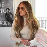 Jennifer Lopez buka-bukaan soal barang yang ia beli saat mendapatkan gaji pertama. JLo mengaku langsung membeli mobil Mercedes. (instagram/jlo)