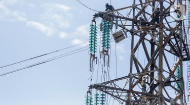 Pekerja memperbaiki kabel listrik Pembangkit Listrik Tenaga Uap (PLTU) Banten 3 Lontar, di Kabupaten Tangerang, Rabu (29/4/2020). PLN (Persero) memutuskan untuk menunda sejumlah proyek listrik khususnya yang belum memiliki pendanaan demi penyelamatan operasional. (Liputan6.com/Fery Pradolo)