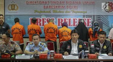 Kabareskrim Mabes Polri, Komjen Pol. Ari Dono Sukmanto (kedua kanan) memberi keterangan saat rilis pengungkapan kasus tindak pidana perdagangan orang di Gedung Bareskrim, Jakarta, Kamis (21/12). (Liputan6.com/Faizal Fanani)