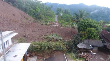 Material longsor di area Kampung Sawah Jeruk, Desa Sukamulaya, Kecamatan Telegong, Garut, Jawa Barat masih menutupi akses jalan provinsi.