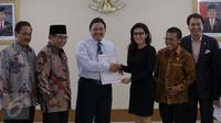 Ketua Pansus Rieke Dyah Pitaloka (ketiga kanan) berjabat tangan dengan anggota BPK Achsanul Qosasi seusai menyerahkan surat permintaan audit investigasi terhadap kasus Pelindo II di Gedung BPK, Jakarta, Senin (16/11). (Liputan6.com/Faizal Fanani)