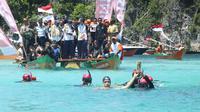 Mantan atlet renang Indonesia, Richard Sam Bera, mengikuti Kirab Obor Asian Games 2018 di perairan Piaynemo, Kabupaten Raja Ampat, Papua Barat, Kamis (26/7/2018). (Ist)