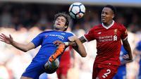 Bek Chelsea, Marcos Alonso berusaha menghalau bola kejaran pemain Liverpool Nathaniel Clyne selama pertandingan lanjutan Liga Inggris di Stamford Bridge di London (6/5). Chelsea menang tipis atas Liverpool 1-0. (AP Photo/Kirsty Wigglesworth)