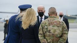 Presiden Amerika Serikat Joe Biden dan Jill Biden tiba di Pangkalan Udara Dove Air, Delaware, Minggu (29/8/2021). Joe Biden menghadiri penghormatan untuk 13 tentara AS yang tewas dalam ledakan bom bunuh diri di dekat bandara Kabul, Afghanistan. (AP/Manuel Balce Ceneta)