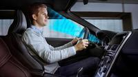 Teknologi ini juga memastikan bahwa kendaraan melaju pada jalur yang semestinya, tidak terlalu dekat dengan mobil lain, dan keluar jalur.