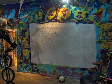 Seniman sirkus Kolombia, Aron Gordillo Lopez tampil di gedung 'Ocupa Ouvidor 63' di Sao Paulo, Brasil (28/6). Gedung tersebut merupakan gedung terbekelai yang kini ditempati oleh sekitar seratus seniman dari berbagai kelompok. (AFP Photo/Nelson Almeida)