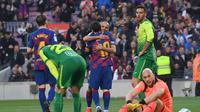 Martin Braithwaite saat mendapatkan pelukan dari Lionel Messi (Josep Lago/AFP)